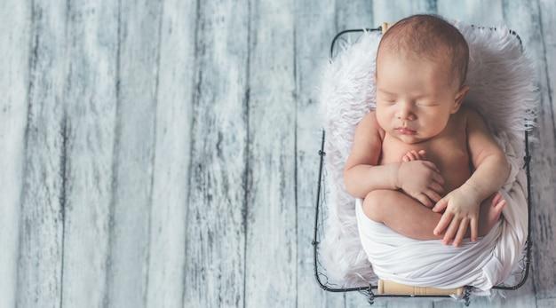Neonato adorabile che dorme nella stanza accogliente.