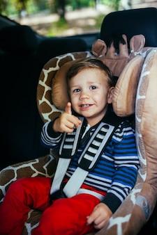 Neonato adorabile nel seggiolino di sicurezza.