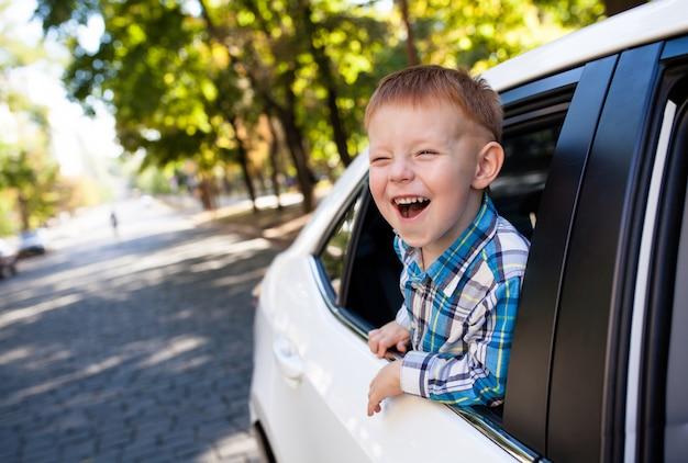 Neonato adorabile nell'automobile