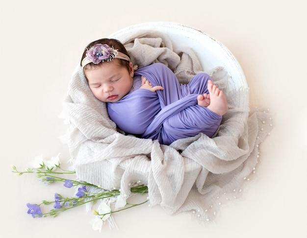 Neonato affascinante che dorme in culla