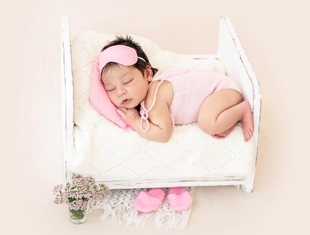 Neonato affascinante con maschera per dormire rosa