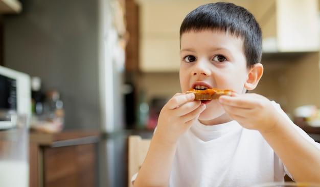 Neonato che mangia uno spuntino a casa