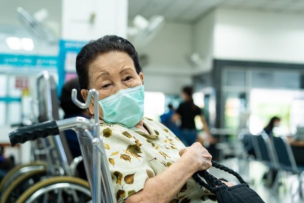 Nervosa donna anziana asiatica di 80 anni in attesa di incontrare il dottore nell'ospedale governativo.