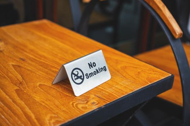 Nessun segno di fumare sul tavolo nella caffetteria