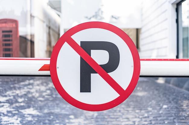 Nessun segno di parcheggio auto imbullonato alla barriera in città