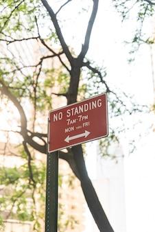 Nessun segno in piedi con sfondo sfocato