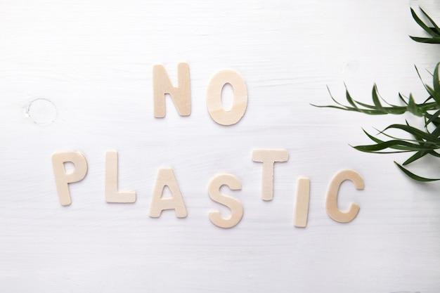 Nessun testo di plastica sul muro bianco
