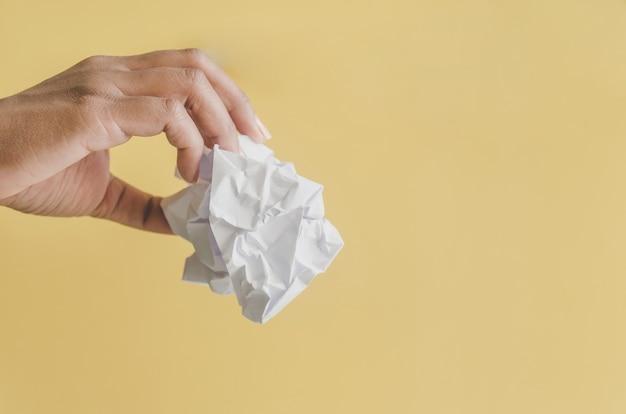 Nessuna idea e fallire concetto - mano umana che tiene carta e cestino stropicciata.