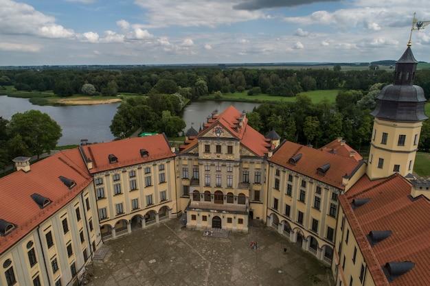 Nesvizh, bielorussia - luglio 2019: attrazione turistica più popolare del castello di nesvizh della bielorussia. monumento architettonico in stile rinascimentale del xvii secolo