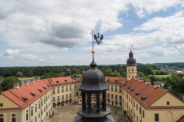 Nesvizh, bielorussia - luglio 2019: castello di nesvizh, complesso residenziale e culturale della dinastia radziwill world heritage collection attrazione turistica più popolare della bielorussia. monumento architettonico xvii sec