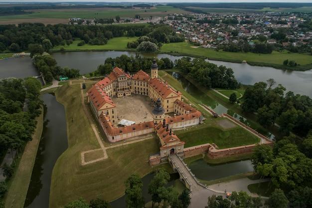 Nesvizh, bielorussia - luglio 2019: castello di nesvizh patrimonio mondiale collezione popolare attrazione turistica della bielorussia. monumento architettonico in stile rinascimentale del xvii secolo