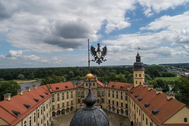 Nesvizh, bielorussia - luglio 2019: castello nesvizh architettonico, complesso residenziale della dinastia radziwill patrimonio dell'umanità attrazione turistica più popolare della bielorussia. stile rinascimentale
