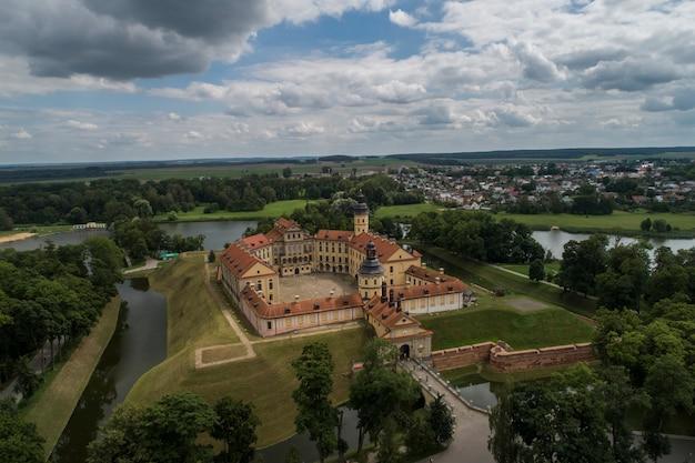 Nesvizh, bielorussia - luglio 2019: nesvizh castle complesso residenziale della dinastia radziwill world heritage collection attrazione turistica più popolare della bielorussia. monumento architettonico del xvii secolo