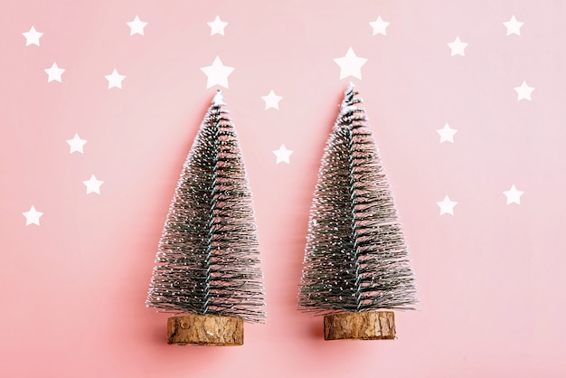 Neve dell'albero di natale sul fondo di rosa pastello. concetto di vacanza minima capodanno semplice co