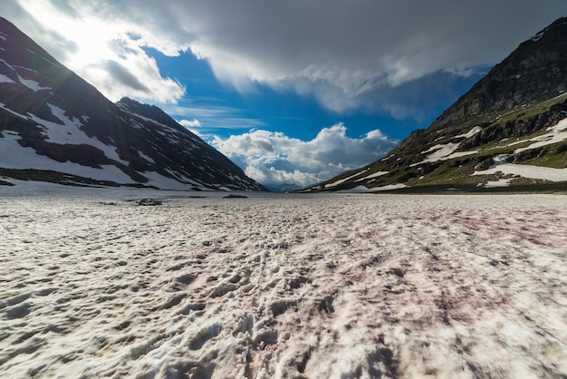 Neve rossa che si scioglie in alta quota nelle alpi