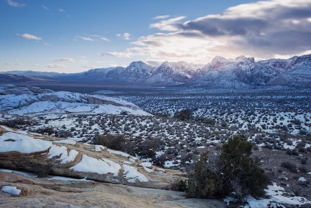 Neve sul parco nazionale e tramonto del canyon rosso della roccia