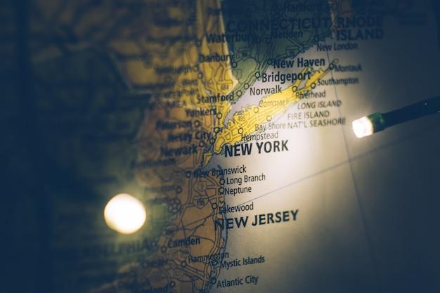 New york sulla mappa degli stati uniti. concetto di viaggio