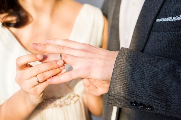 Newlyleds che scambia anello