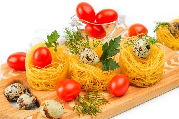 Nidi di pasta con pomodorini e uova di quaglia