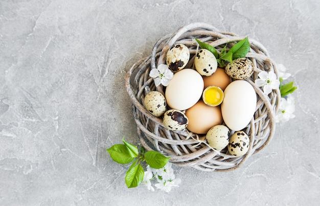 Nido con uova di gallina e quaglia