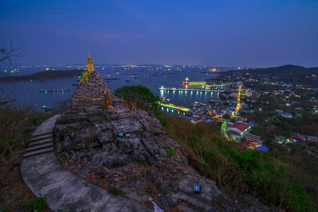Nightscape della pagoda buddha orma del buddismo sulla grande collina nella provincia di ko si chang island chonburi, destinazione turistica popolare in thailandia.
