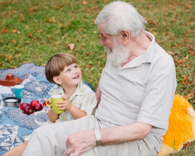Nipote di smiley dell'angolo alto che esamina nonno