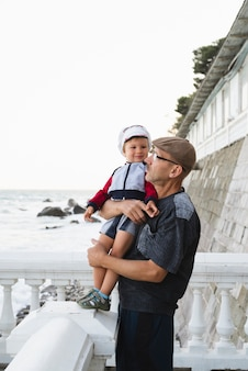 Nipote guardando nonno