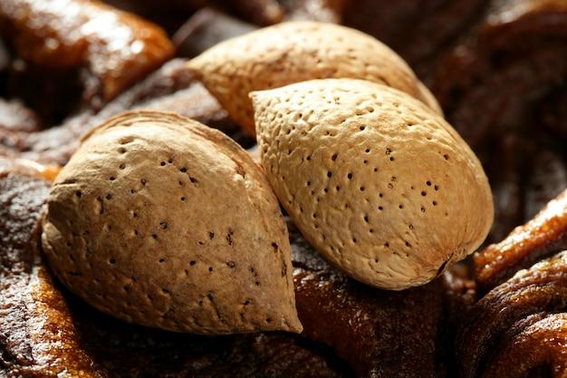 Nocciole di mandorle su cioccolato, delizioso cibo d'oro