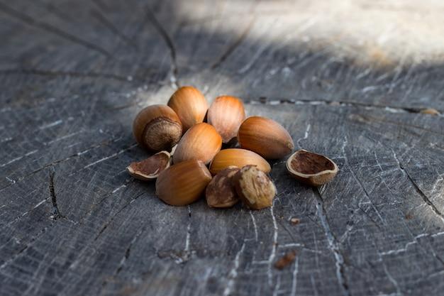 Nocciole, filbert su vecchio fondo in legno
