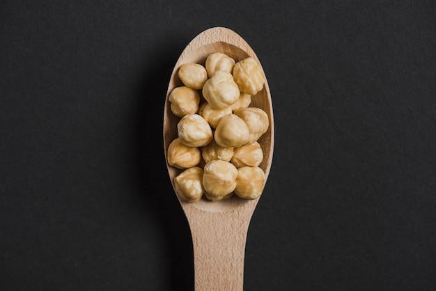 Nocciole in cucchiaio di legno