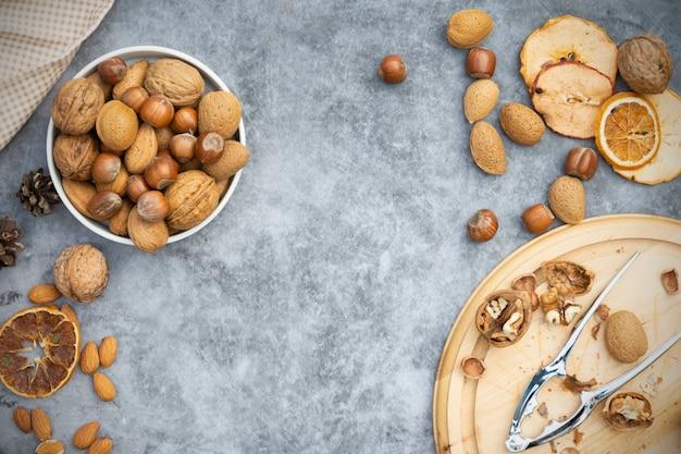 Nocciole, mandorle e noci in un cestino.