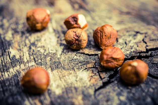 Nocciole su legno invecchiato