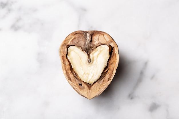 Noce aperta a forma di cuore all'interno. concetto di amore