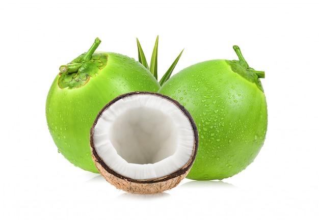 Noce di cocco con foglia su spazio bianco