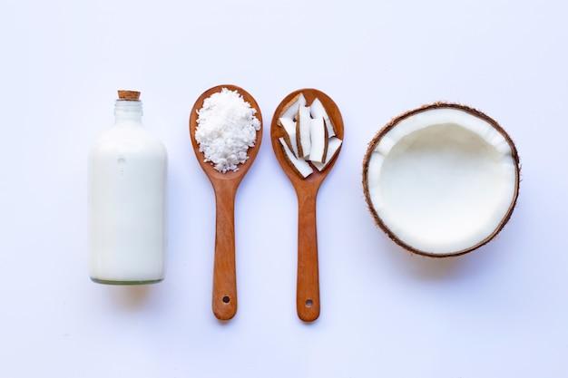 Noce di cocco con latte di cocco su bianco