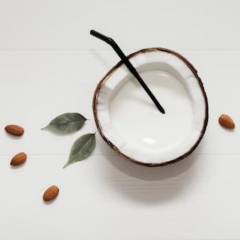 Noce di cocco divisa in due su fondo bianco