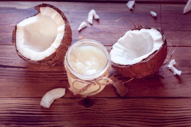 Noce di cocco e olio di cocco in una bottiglia