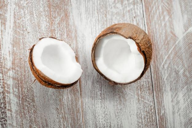Noce di cocco isolata su un fondo di legno