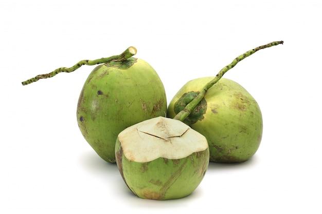 Noce di cocco matura e saporita isolata su bianco