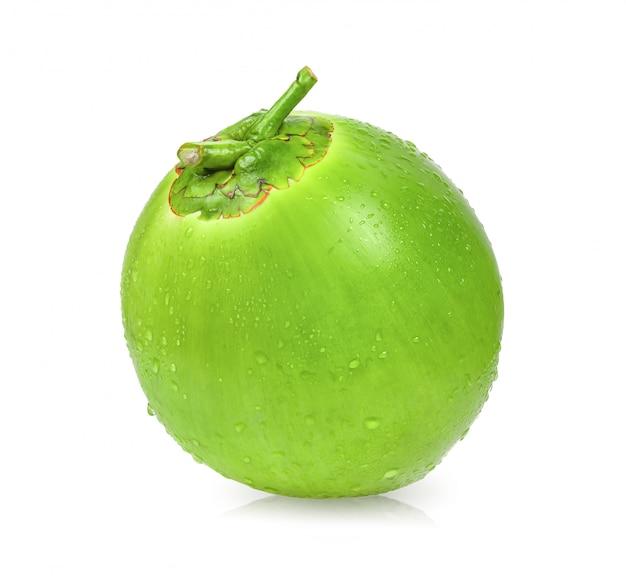 Noce di cocco verde con goccia dell'acqua isolata su spazio bianco