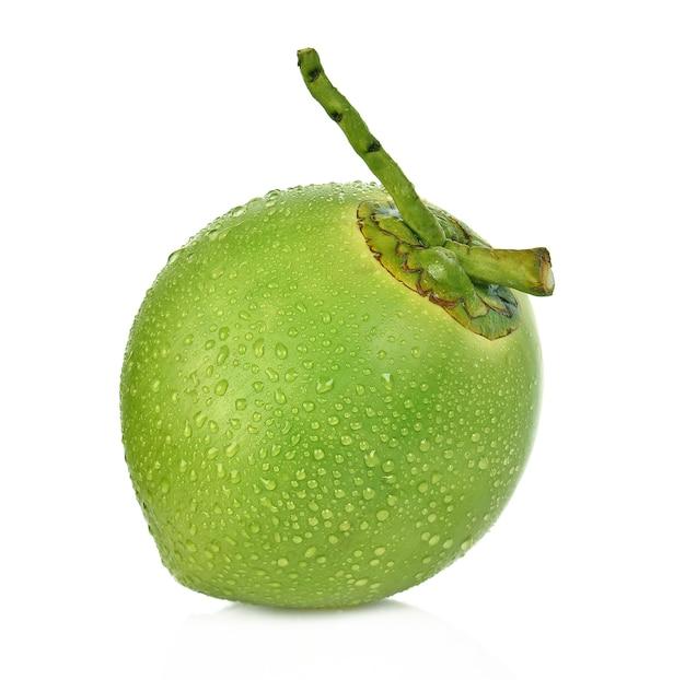 Noce di cocco verde della goccia di acqua isolata su fondo bianco