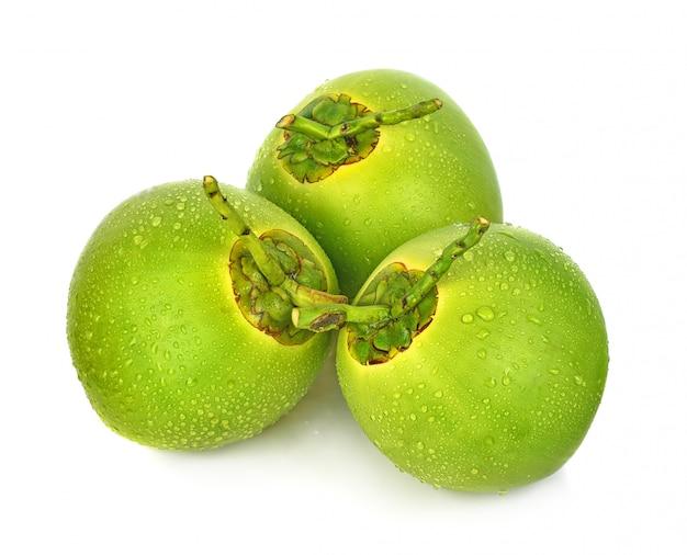 Noce di cocco verde della goccia di acqua isolata