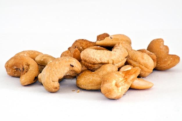 Noci cashew isolato sul bianco
