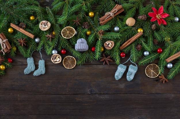 Noci, coni e piccoli calzini lavorati a maglia, guanti e un cappello