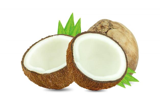 Noci di cocco e foglia verde della palma isolate su bianco