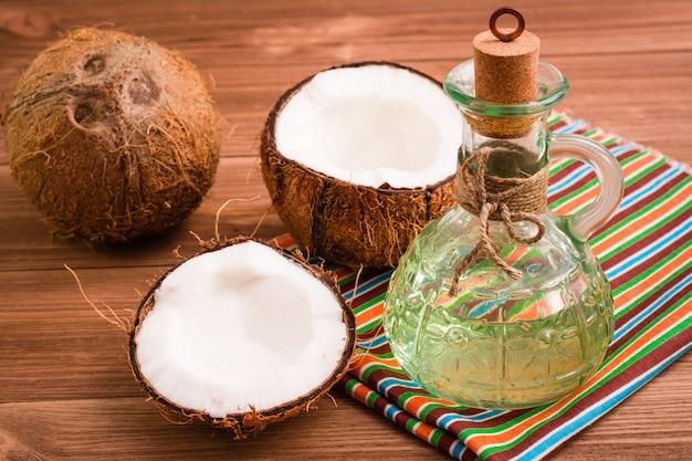 Noci di cocco e olio di cocco in una bottiglia