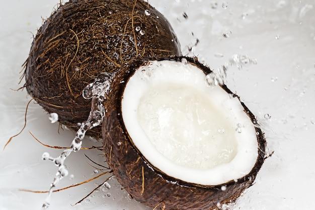 Noci di cocco e spruzzi d'acqua