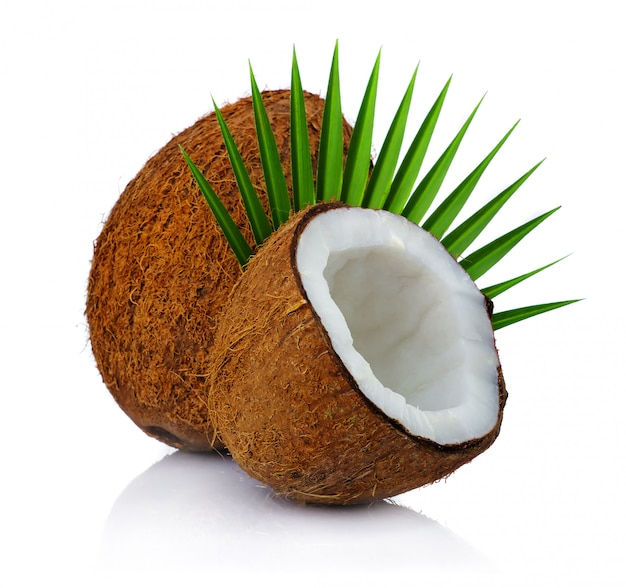 Noci di cocco fresche con la foglia isolata su bianco