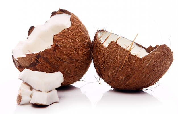 Noci di cocco fresche su superficie bianca