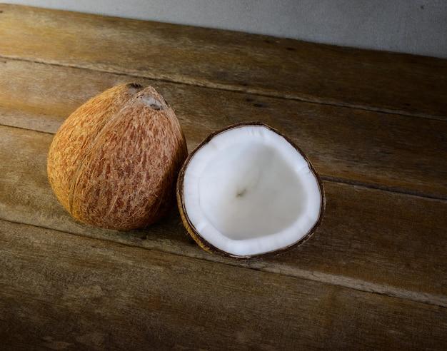 Noci di cocco fresche su vecchio di legno